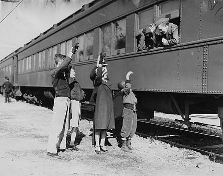 Chicago and North Western Historical Society - Evansen Family Waves Goodbye to Son - 1939