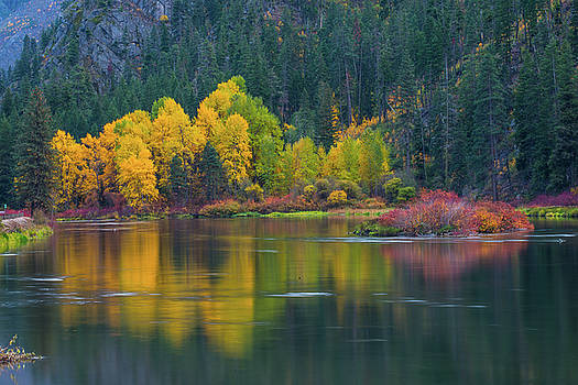 Fall color with pone reflection by Hisao Mogi