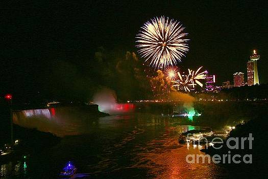 Fireworks over Niagara falls 2018 by Tony Lee