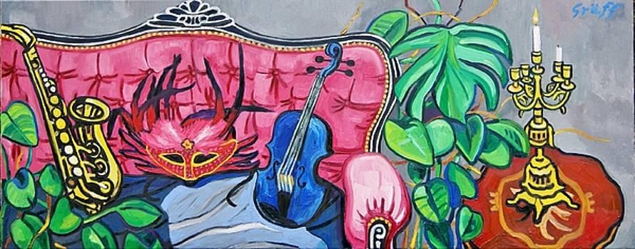 Florales Interieur mit Karnevalsmaske und blauer Geige auf rosa Sofa by Matthias Laurenz Graeff