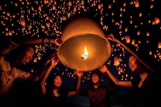 friend group enjoy yeepeng festival togather in Thailand by Anek Suwannaphoom