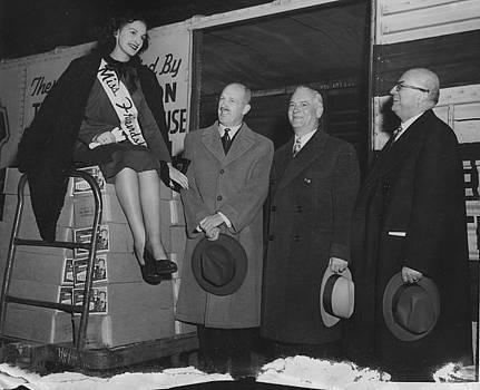 Chicago and North Western Historical Society - Friendship Train - Chicago and North Western Execs and Politicians With Miss Friendship