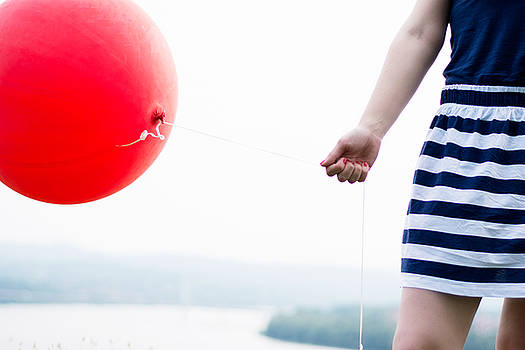 Newnow Photography By Vera Cepic - Girl holding red balloon