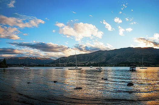 Golden hour at Wanaka Lake  by Daniela Constantinescu