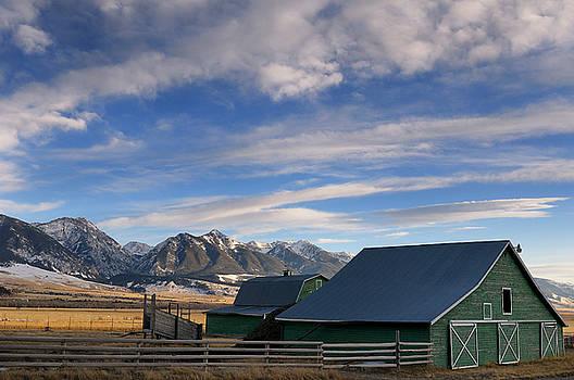 Reimar Gaertner - Green Barn on Old Yellowstone Trail with Absaroka Range mountain
