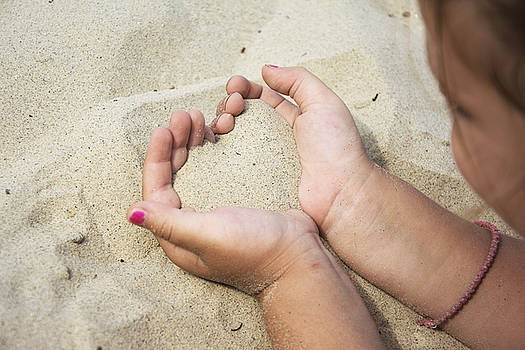 Newnow Photography By Vera Cepic - Heart of sand in hands