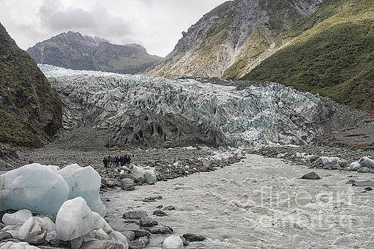 Patricia Hofmeester - Hikers near the glacier