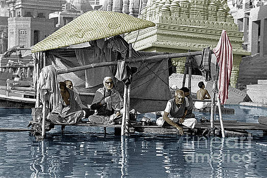 Craig Lovell - Hindu Holy men on the Ganges - vernasai, India