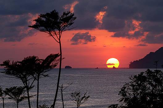 Reimar Gaertner - Hot tropical sun setting below the Pacific Ocean horizon at Cara