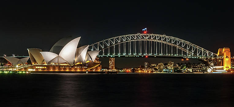 Daniela Constantinescu - Iconic view of Sydney Opera House and the Harbour Bridge.