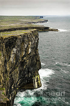 RicardMN Photography - Inishmore cliffs and karst landscape from Dun Aengus
