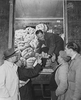 Chicago and North Western Historical Society - Inspecting Shipment From Red River Valley Potato Growers