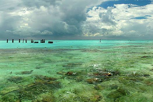 Isla de Mujeras Garrafone by Dean Hueber