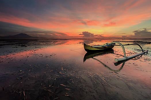 Jukung With a Beautiful Sun Rays by Ocky Ochtavian