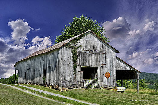 Kentucky Barn by Wendell Thompson