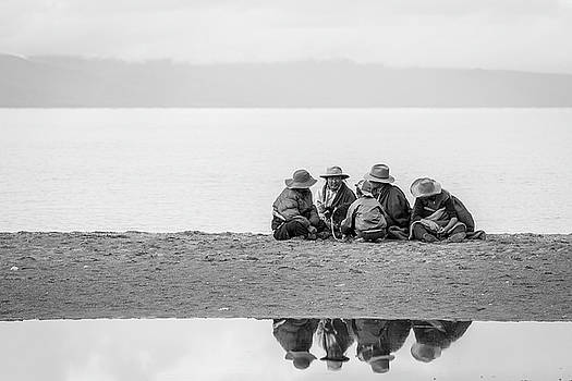 Lakeshore discussion, Namtso, 2007 by Hitendra SINKAR