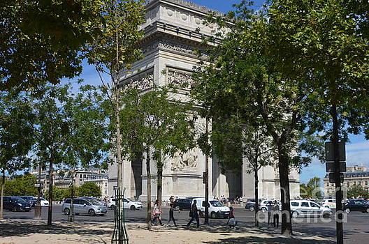 l'arc de triomphe Paris by Andy Thompson