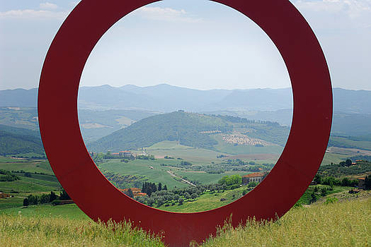 Reimar Gaertner - Large circle in Tuscan countryside with view of Elsa Valley