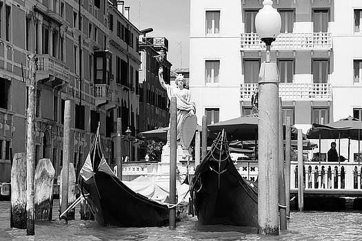L'Italia turrita by John Hoey