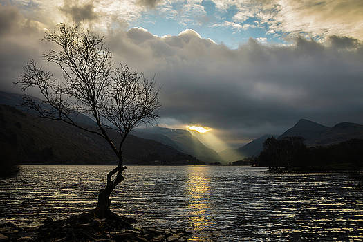 Llyn Padarn Sunrays by Andy Beattie Photography