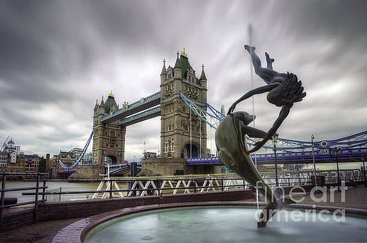 Yhun Suarez - London Tower Bridge and Dolphin Fountain