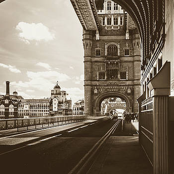 Jacek Wojnarowski - Looking Down Tower Bridge London