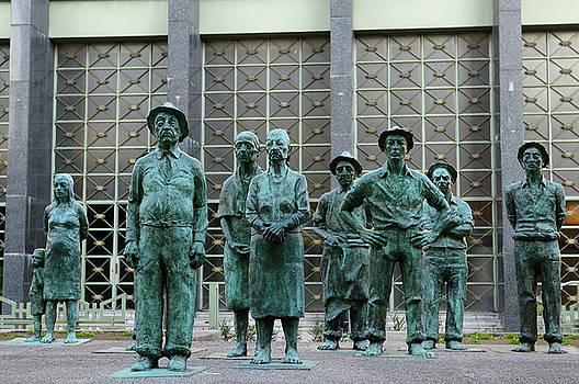 Reimar Gaertner - Los Presentes sculpture of Peasant farmers in front of a bank in