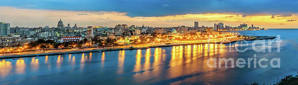 Luces de ciudad, La Habana, Cuba by Jose Rey