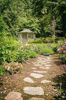 Sophie McAulay - Lush landscaped garden