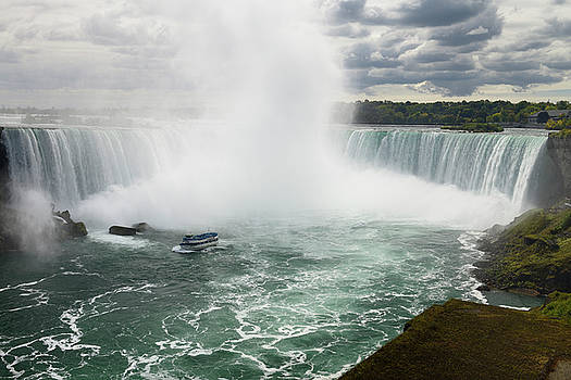 Reimar Gaertner - Maid of the Mist sightseeing boat at the Horseshoe Falls Niagara