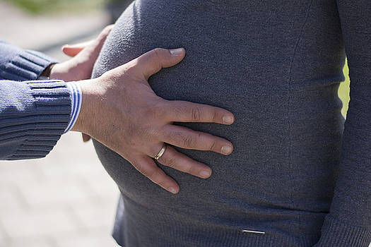 Newnow Photography By Vera Cepic - Male hands on pregnant belly
