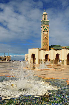 Reimar Gaertner - Minaret and fountains at the Hassan II Mosque in Casablanca Moro