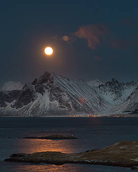 Moon and Mountains in Lofoten by Alex Conu