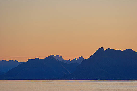 Mountain silhouettes at a Lofoten fjord by Intensivelight