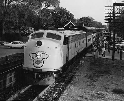 Chicago and North Western Historical Society - North Western Line Unloads Passengers - 1960