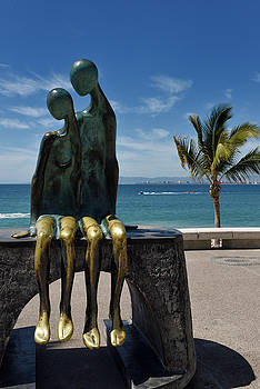 Reimar Gaertner - Nostalgia bronze sculpture of couple in love on the Malecon Puer