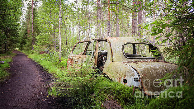 Old abandoned car by Sophie McAulay