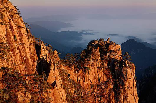 Reimar Gaertner - Orange dawn glow on Monkey watching the Sea of fog Peak at Huang