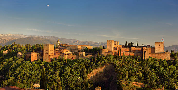 Reimar Gaertner - Panorama of hilltop Alhambra Palace fortress complex at sundown