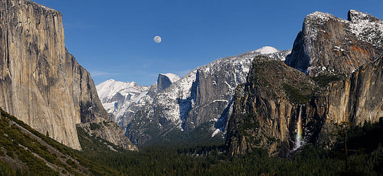 Reimar Gaertner - Panorama of Yosemite Valley from Tunnel View with moon and rainb
