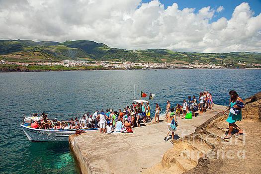 Gaspar Avila - People embarking