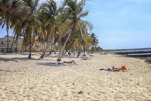 Patricia Hofmeester - People on the beach in Cuba