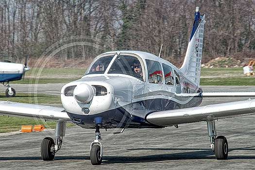 Piper PA28 I-CNPG taxiing to the runway by Roberto Chiartano