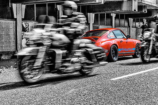 2bhappy4ever - Porsche 911 with Harleys passing by