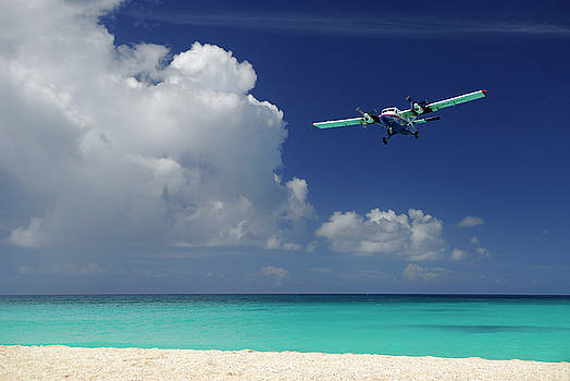 Reimar Gaertner - Prop plane landing over an empty Maho Bay Beach