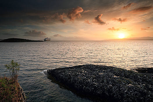 Queen Mary 2 Sunset Oban by Grant Glendinning