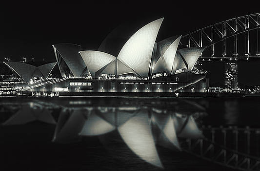 Quiet night at Sydney Opera House  by Daniela Constantinescu