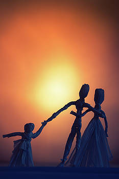 Raffia Dolls Family In Silhouette by Elly De vries