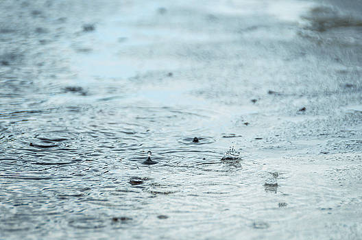 Rain drops in a puddle by Dutourdumonde Photography