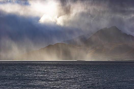 Rays of sunshine illuminate a rain shower by Intensivelight